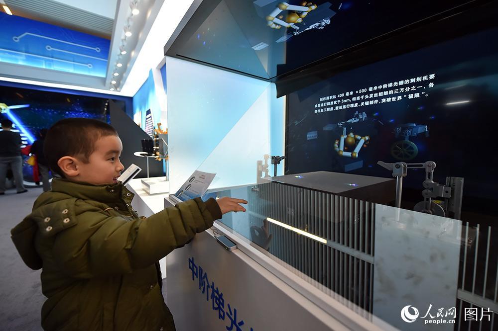 2月1日,小朋友正在体验手势识别技术。(人民网记者 翁奇羽 摄)