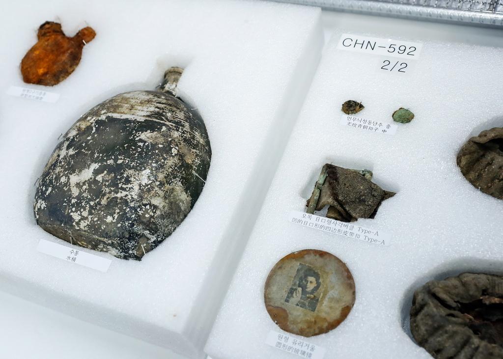 这是在遗骸装殓仪式现场拍摄的部分志愿军烈士遗物( 4月1日摄)。新华社记者 王婧嫱 摄