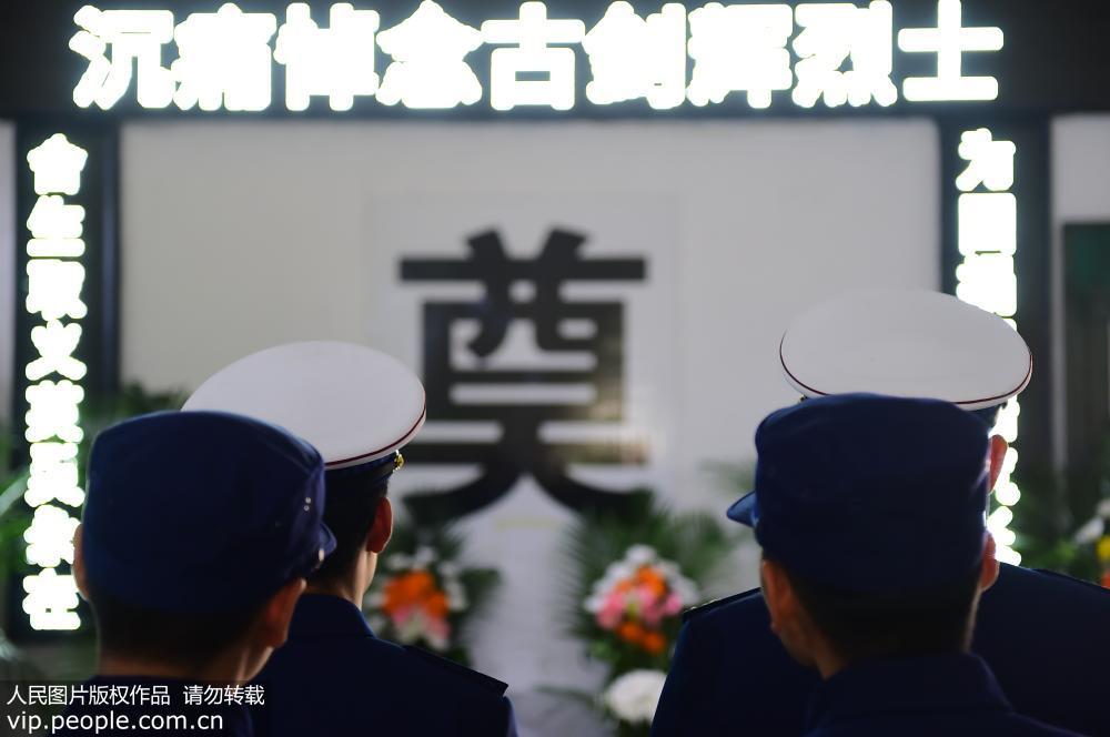 江西赣州 烈士古剑辉 回家 寻乌上万民众夹道送别