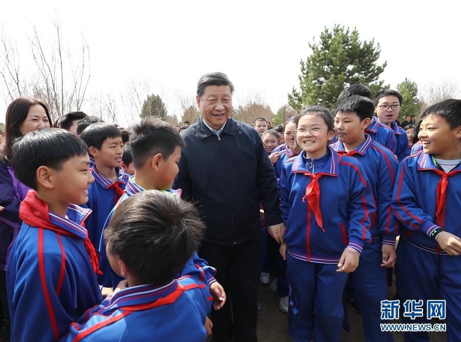 4月8日,党和国家领导人习近平、栗战书、汪洋、王沪宁、赵乐际、韩正、王岐山等来到北京市通州区永顺镇参加首都义务植树活动。这是习近平同少先队员在一起。 新华社记者 鞠鹏 摄