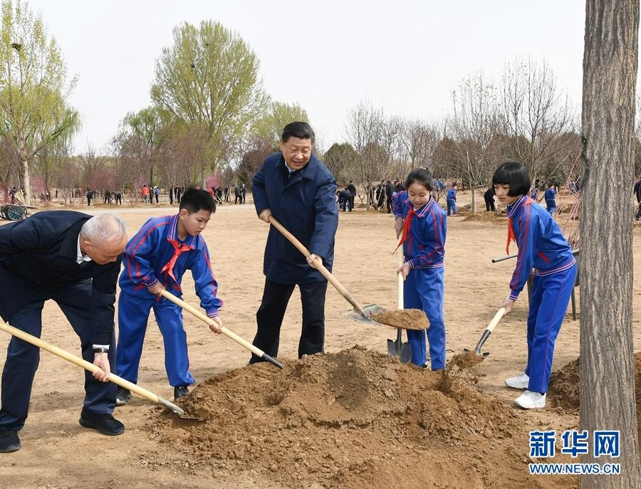 4月8日,党和国家领导人习近平、栗战书、汪洋、王沪宁、赵乐际、韩正、王岐山等来到北京市通州区永顺镇参加首都义务植树活动。这是习近平同大家一起植树。 新华社记者 谢环驰 摄