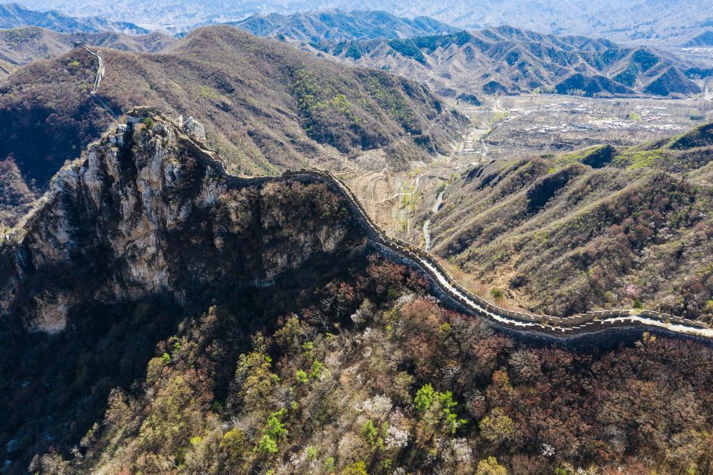 4月10日無人機拍攝的位于北京懷柔的響水湖長城自然風景區及周邊的長城遺址。  新華社記者 王建華 攝