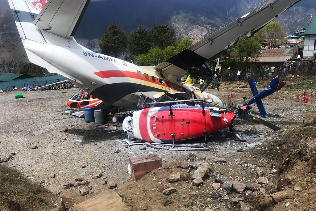 4月14日在尼泊尔卢卡拉机场拍摄的事故现场。