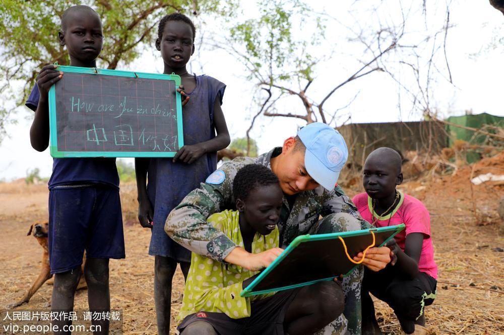 南苏丹:维和官兵教非洲孩子中国文化