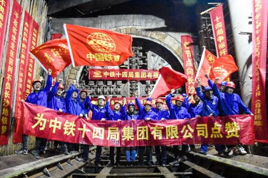 成功穿越国内最复杂水下溶洞群 长沙地铁3号线湘江隧道顺利贯通