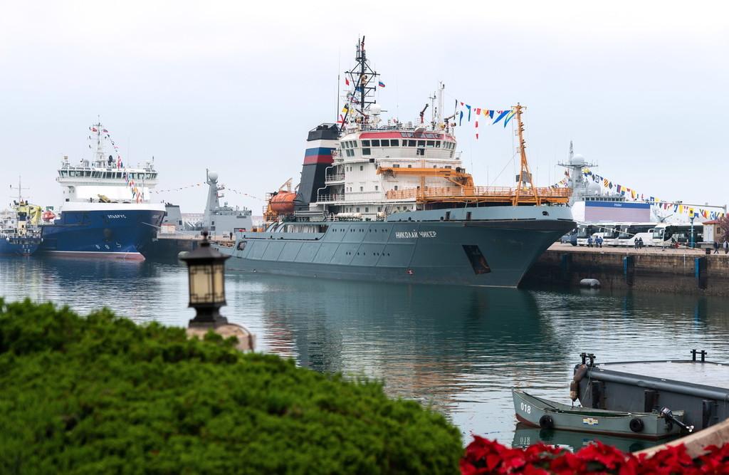 海军节舰艇开放日 市民游客零距离接触俄罗斯舰艇