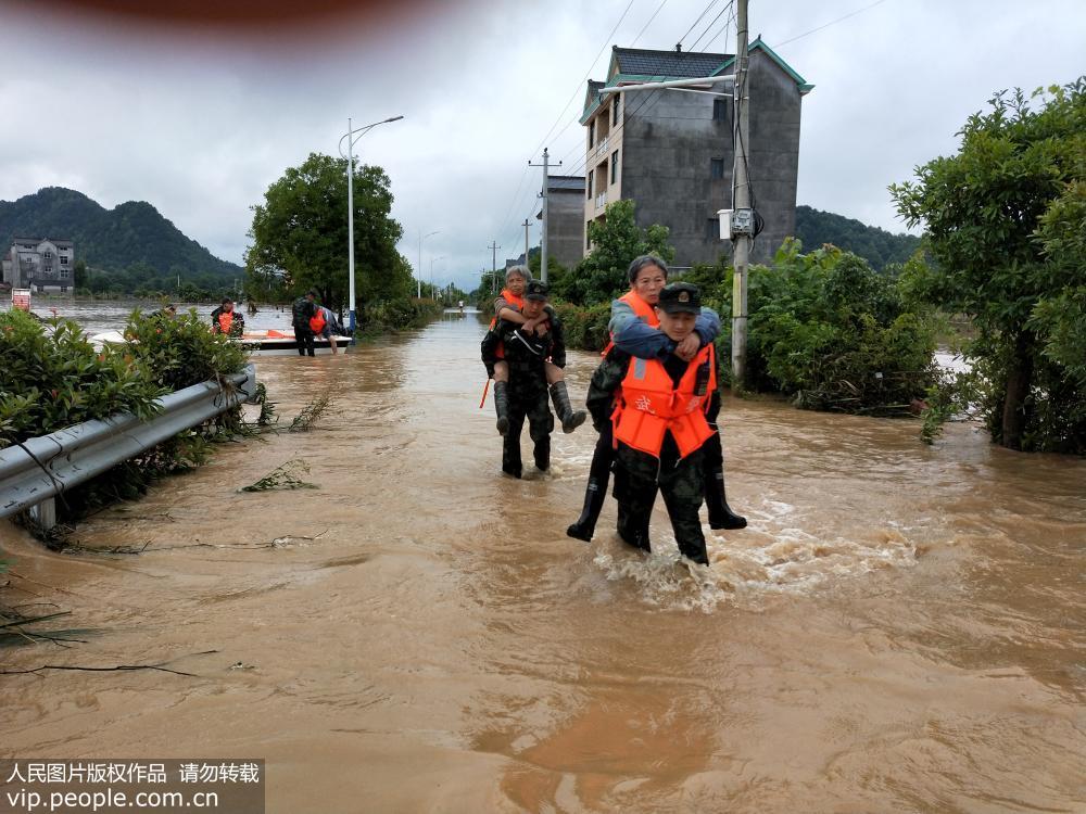 2019年6月7日,武警上饶支队官兵在江西省玉山县下镇镇白桥村转移被洪水围困的老人。