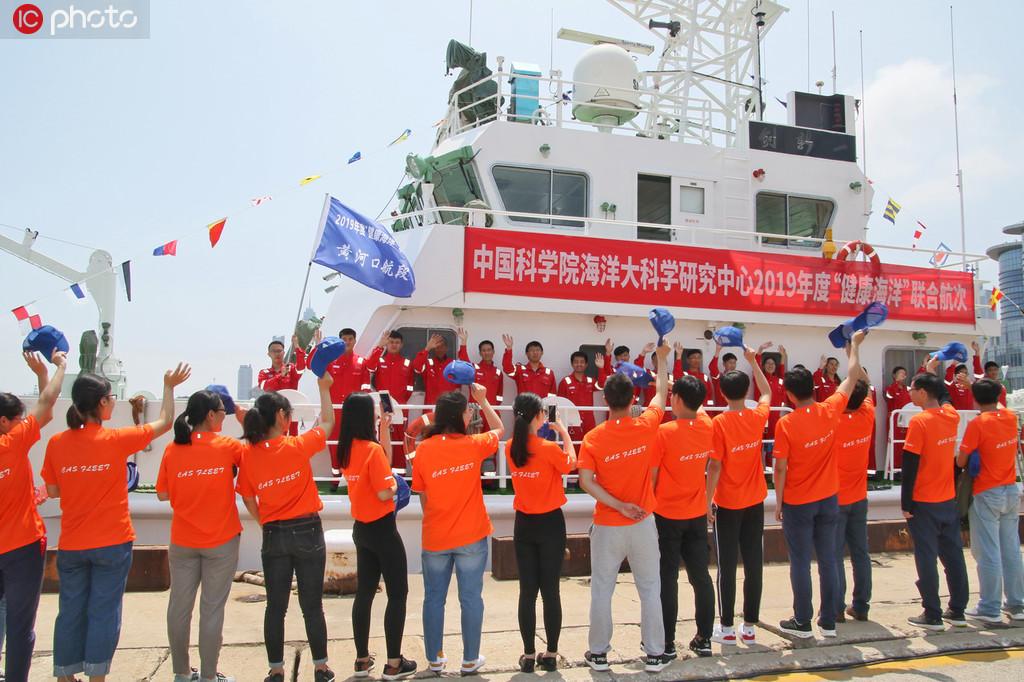 """6月10日,在山东烟台港,中科院船队的科研人员在""""创新一""""号近海综合科考船上检查调试科考装备。"""