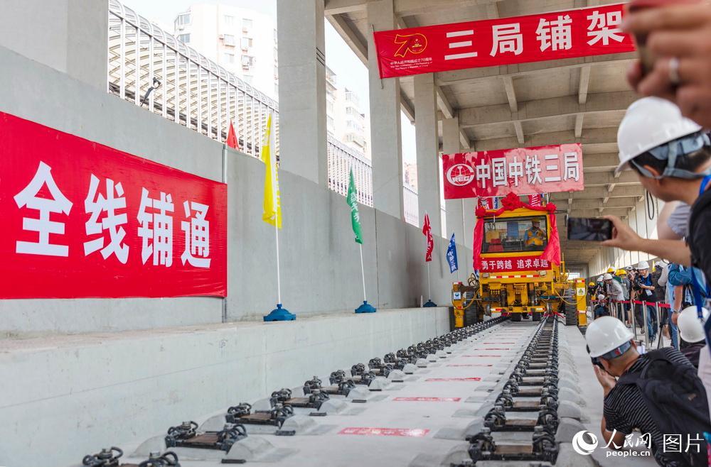 京张高铁轨道全线贯通
