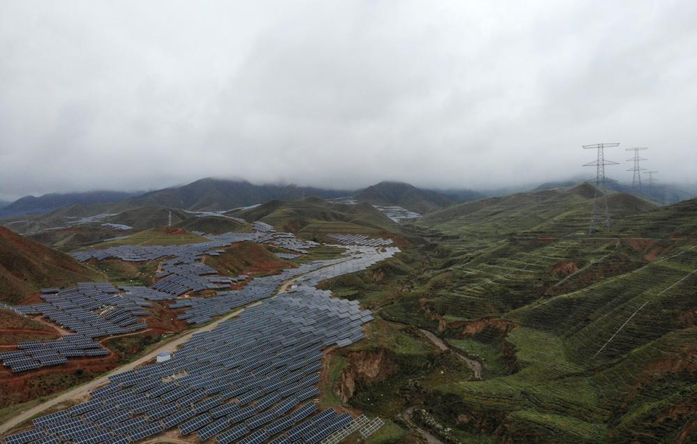 这是青海互助土族自治县村级光伏扶贫2号电站一角(6月27日无人机拍摄)。