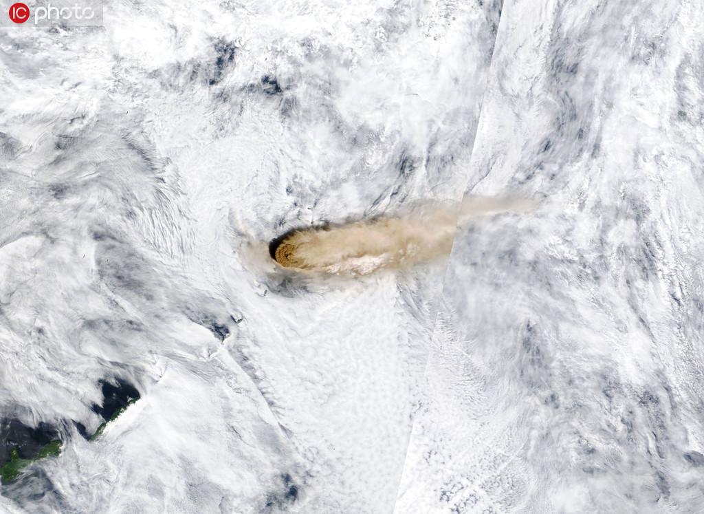 国际空间站视角观看火山喷发壮观景象