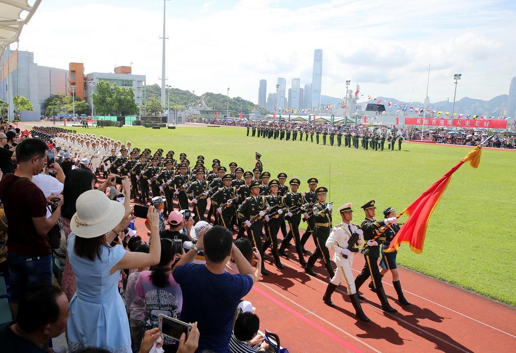 6月30日,解放��v港部�三��x仗�在昂船洲��I�M行分列式表演 。新�A社�l(原俊敏 �z)