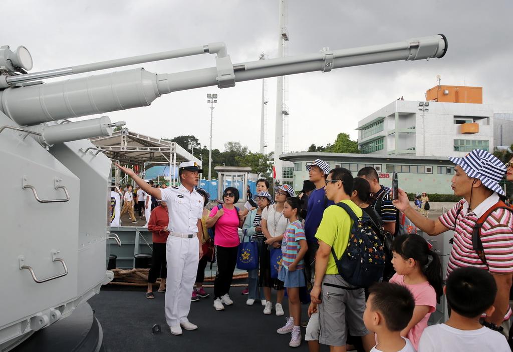 6月30日,香港市民登上解放��v港部�一艘�o�l��⒂^。新�A社�l(易定 �z)