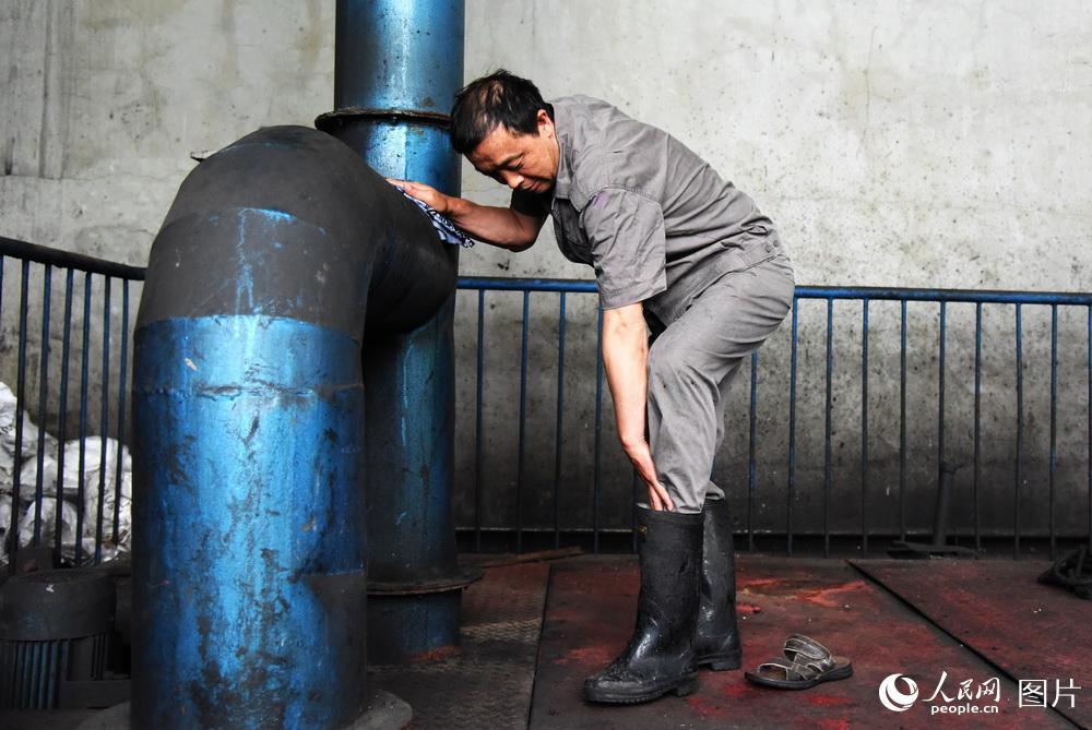 """工作在50℃高温下的""""火车头""""清洗工"""