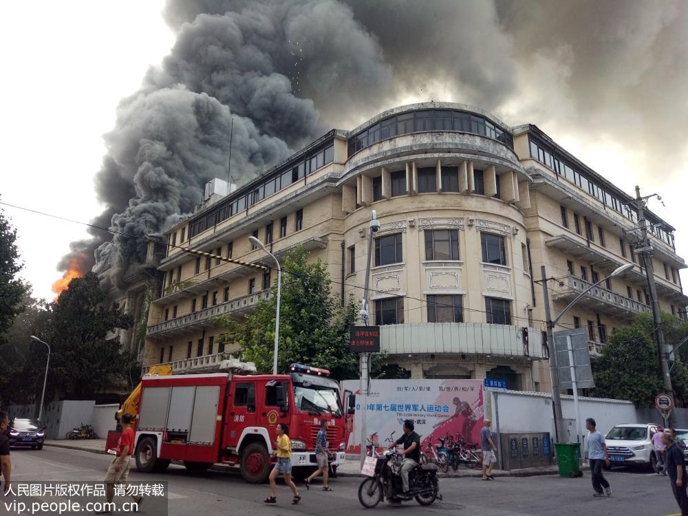武汉管线拆除发生意外火情 百年老建筑江汉饭店失火