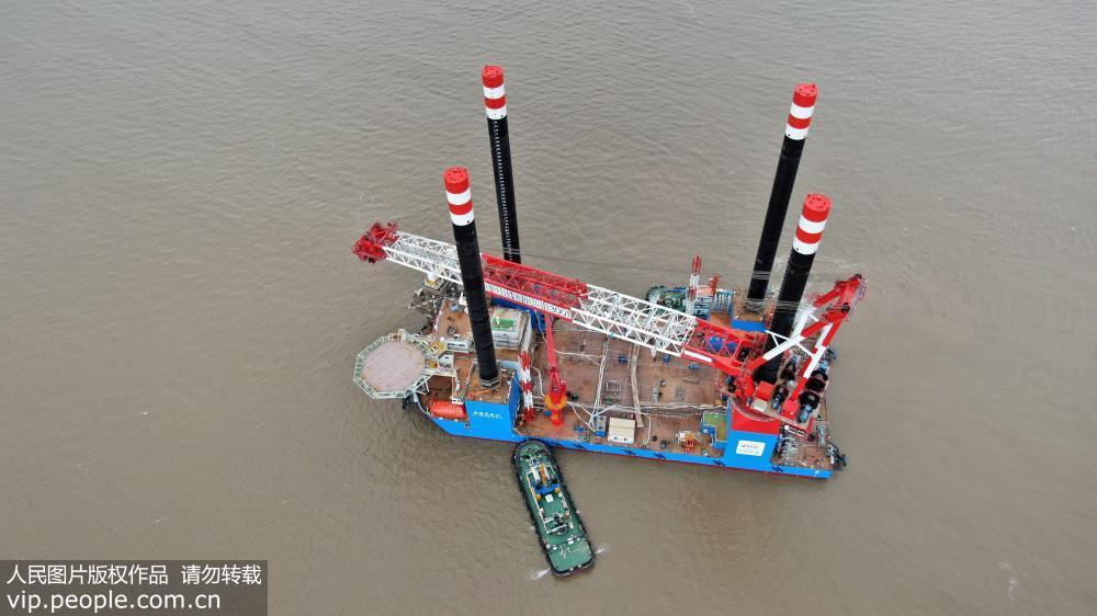 中国首个1300吨自升自航式风电安装船成功下水【2】