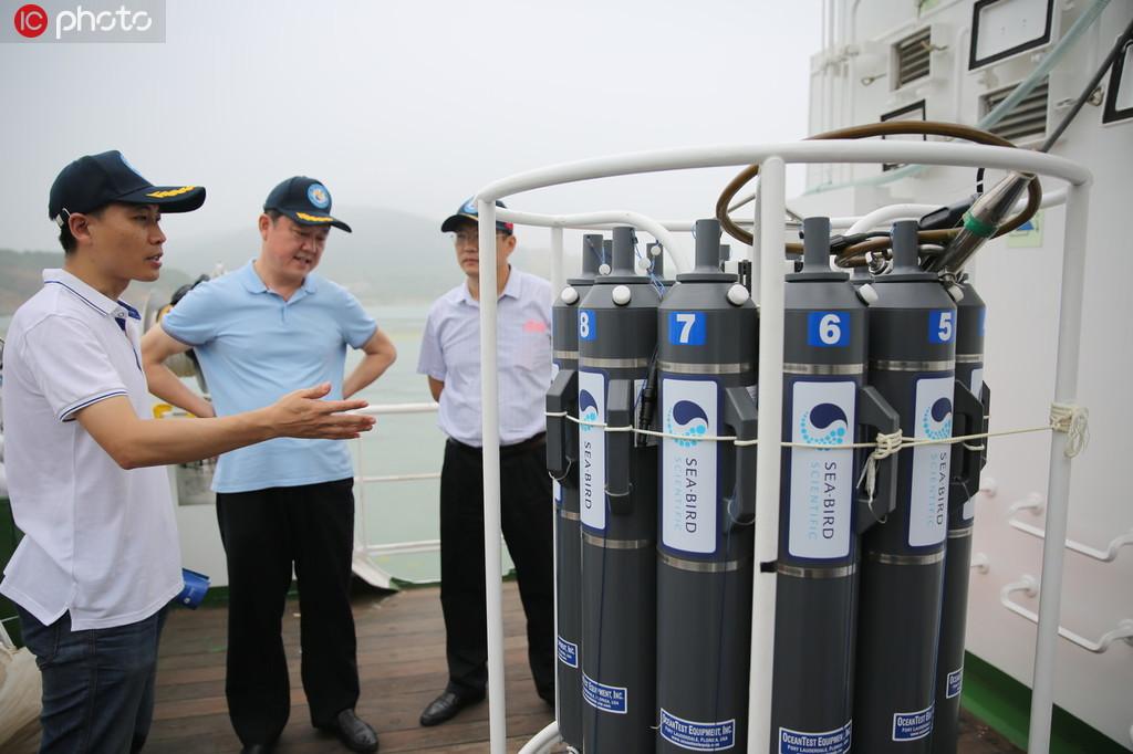 """科研人员向参观者介绍""""蓝海101""""船载科研仪器。"""