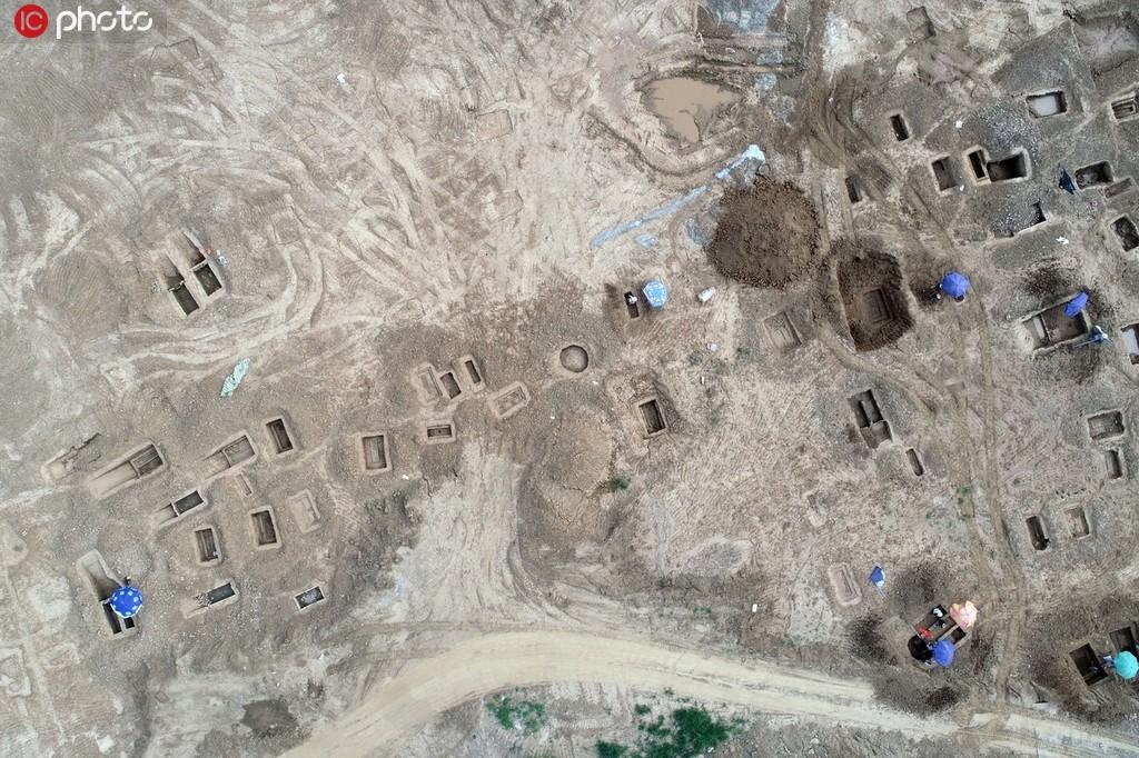 2019年7月28日,湖北省襄阳市,考古工作人员在一处古墓葬群遗址进行抢救性发掘。