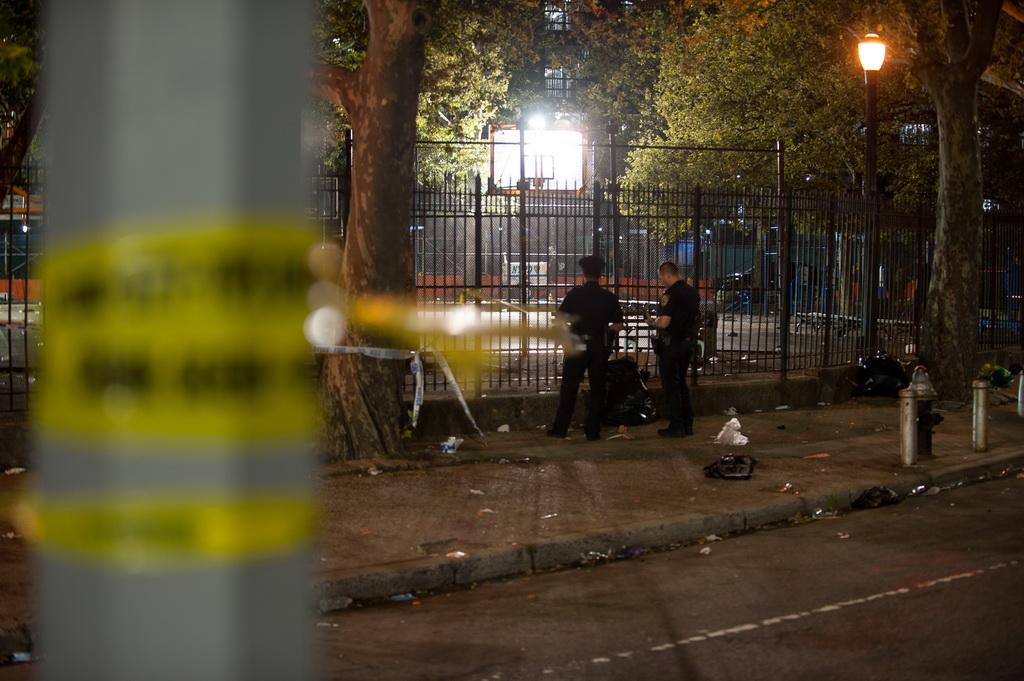 7月28日,在美国纽约布鲁克林,警方人员在枪击事件现场调查。