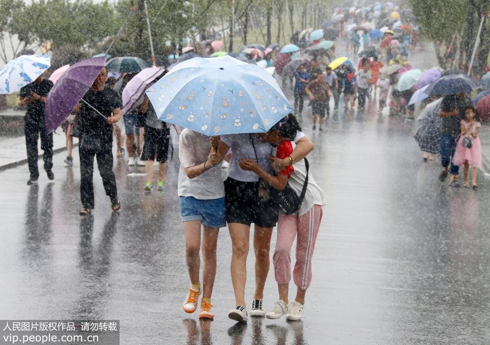 超强台风 利奇马 逼近 杭州西湖断桥游客抱团躲风雨