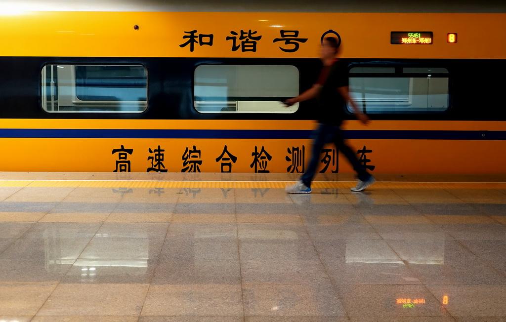 8月13日,高速综合检测列车停靠在郑州东站。