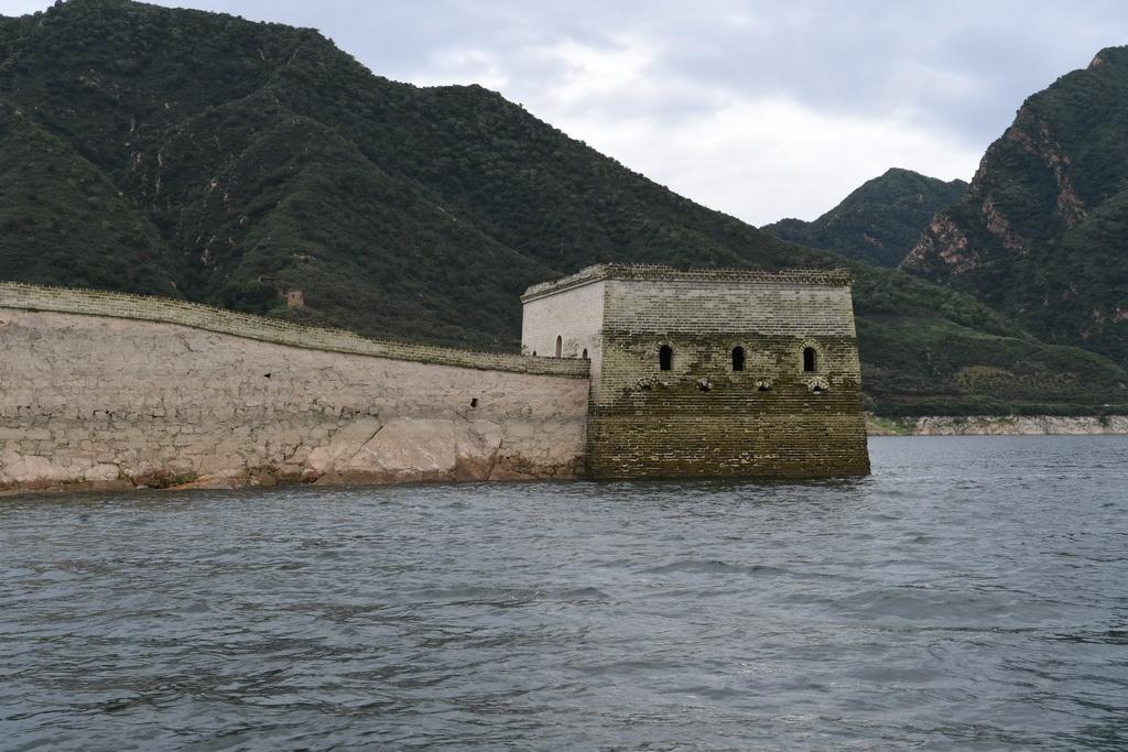 """这是露出水面的""""水下长城""""部分城墙(8月13日摄)。"""