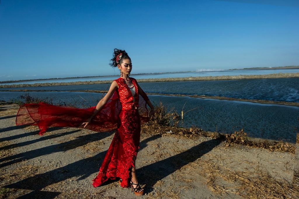 8月13日,在印度尼西亚诗都阿佐,模特展示印尼传统服饰。