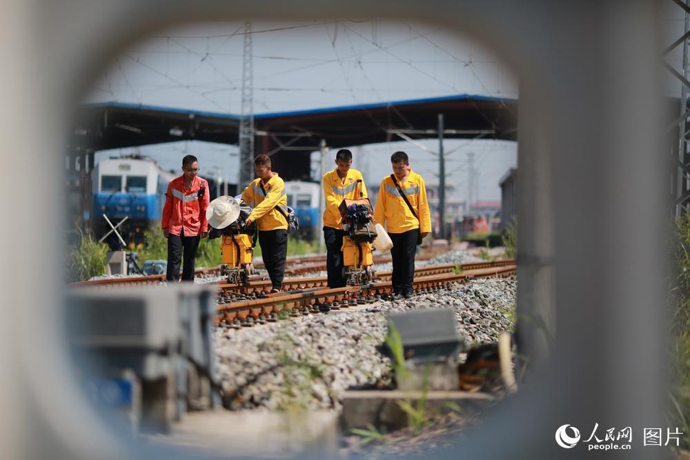 探伤车间职工在进行钢轨探伤作业。