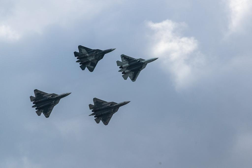 8月27日,在俄罗斯首都莫斯科郊外的茹科夫斯基,苏-57战斗机编队进行飞行表演。