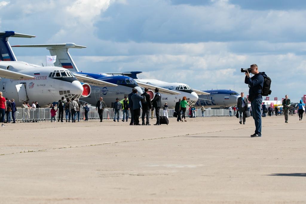 8月27日,在俄罗斯首都莫斯科郊外的茹科夫斯基,一名男子拍摄参展的飞机。