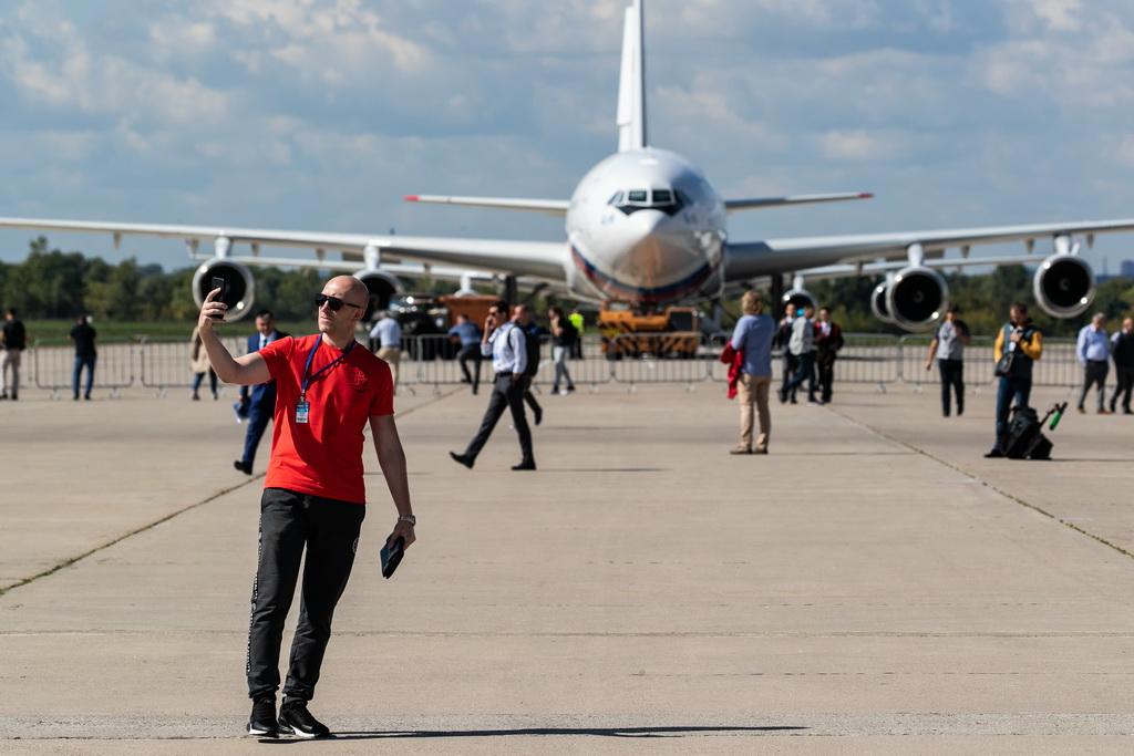 8月27日,在俄罗斯首都莫斯科郊外的茹科夫斯基,参观者在航展上自拍。