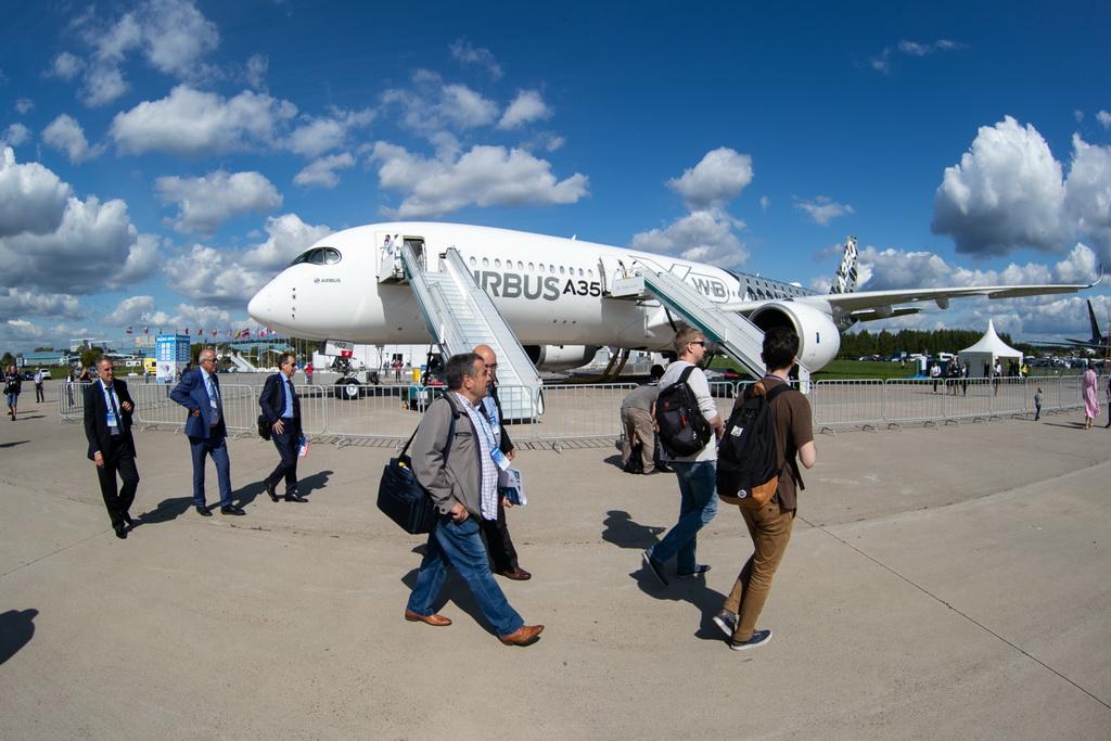 8月27日,在俄罗斯首都莫斯科郊外的茹科夫斯基,人们从空客A350XWB宽体客机前走过。