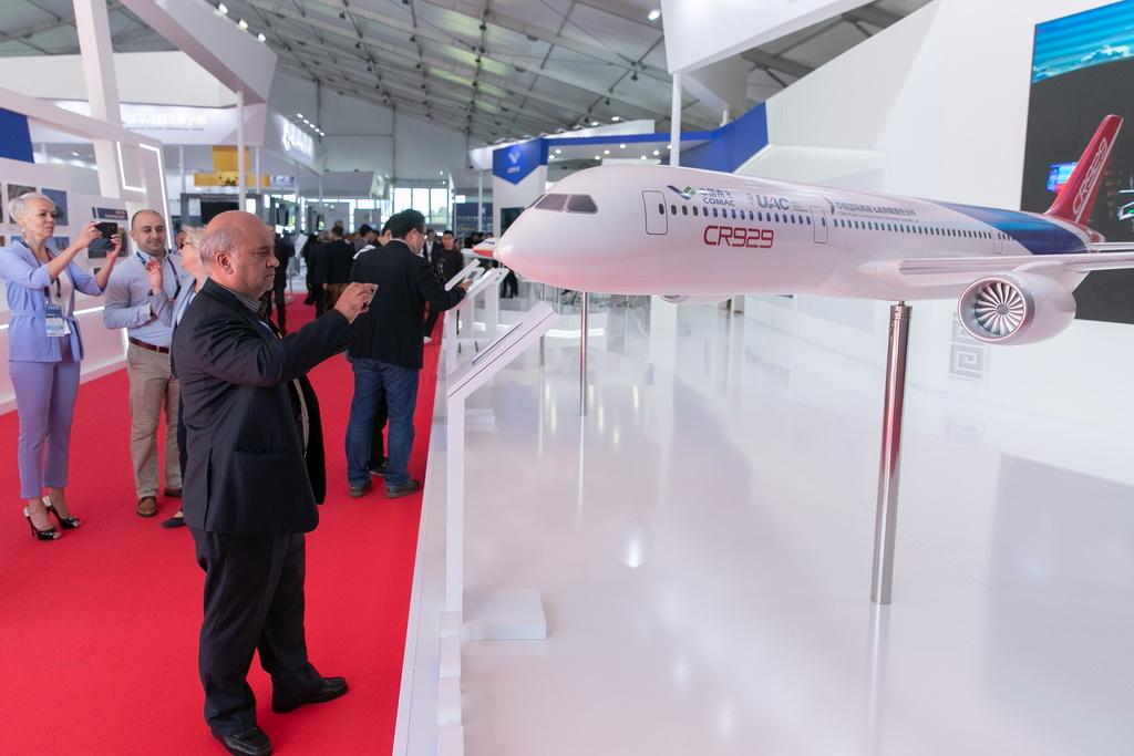 8月27日,在俄罗斯首都莫斯科郊外的茹科夫斯基,人们参观CR929远程宽体客机模型。