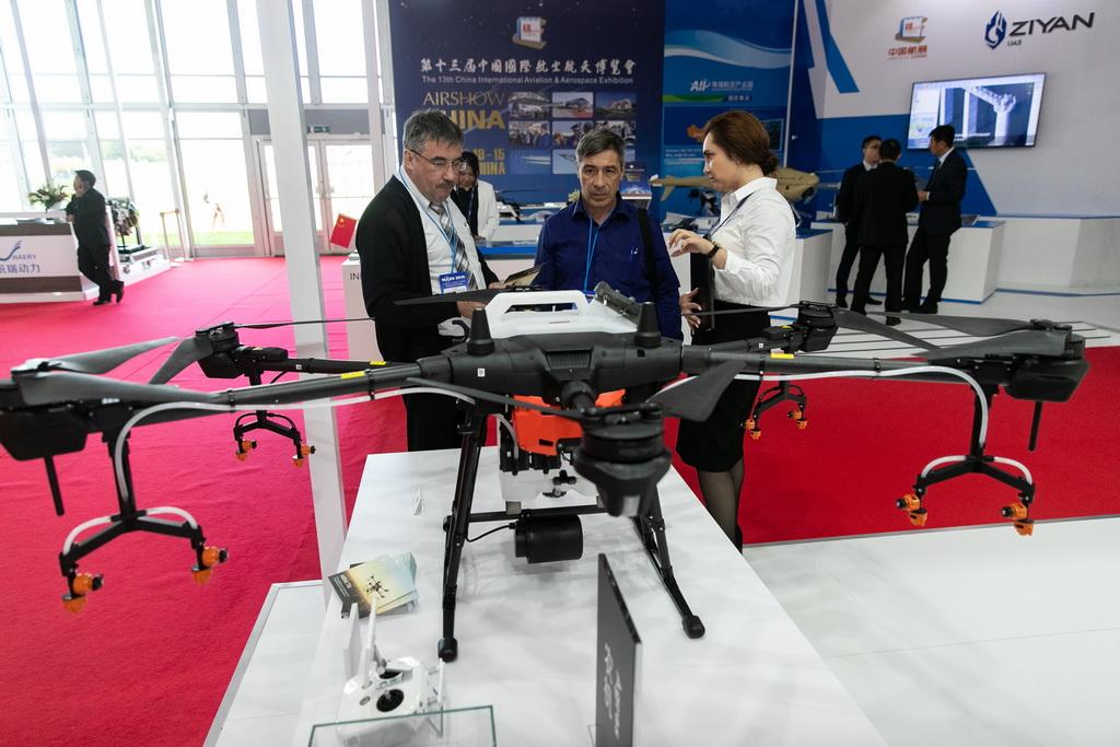 8月27日,在俄罗斯首都莫斯科郊外的茹科夫斯基,人们参观大疆农用无人机。