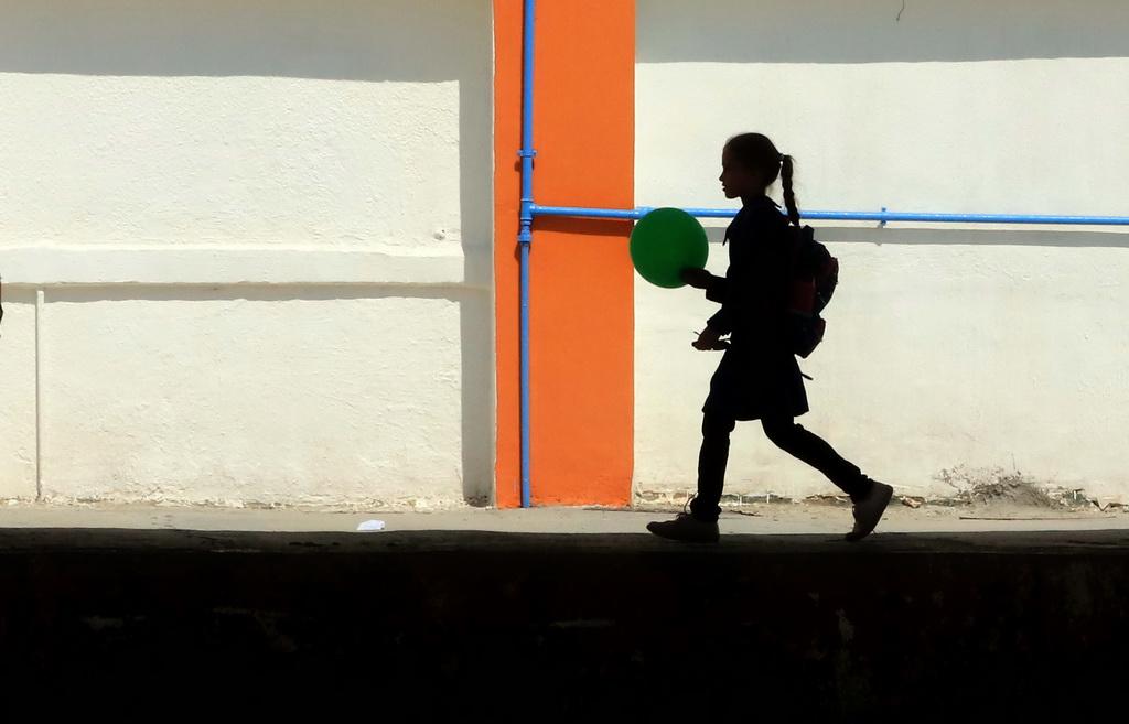 9月1日,在约旦安曼,一名女孩在新学期第一天来到一所由联合国近东巴勒斯坦难民救济和工程处修建的学校上课。新华社发(穆罕默德·阿布·高希 摄)