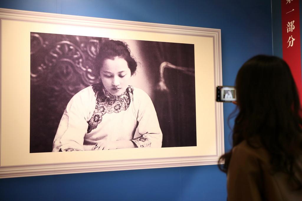 9月4日,观众在展览上拍摄展品。