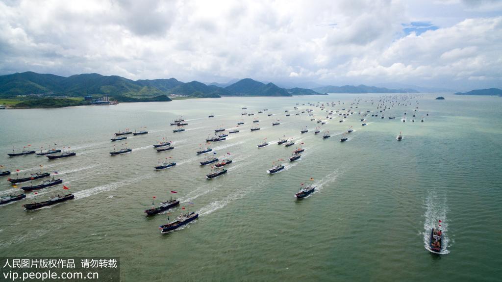 9月16日,随着一声令下,710艘外海渔船从宁波市奉化区桐照等渔村扬帆起航,赶赴东海渔场。(李博腾/人民图片)