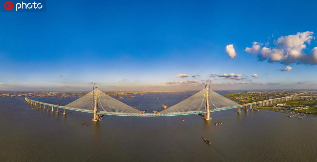 世界首座主跨超千米的公铁两用斜拉桥——沪通长江大桥全桥合龙