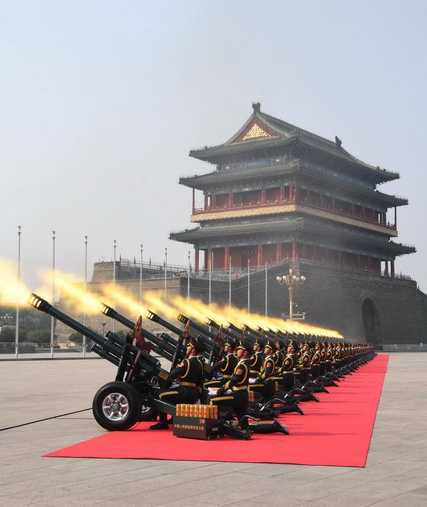 礼炮鸣响。新华社记者 万象 摄