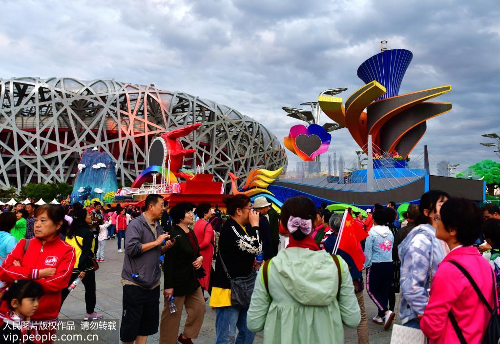 国庆彩车亮相北京奥林匹克公园引来众多参观者