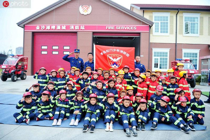 第一批少年消防团团员集体合影留念。