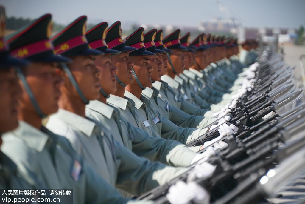 参训官兵一个动作往往要训练好几个小时。白栋人民图片