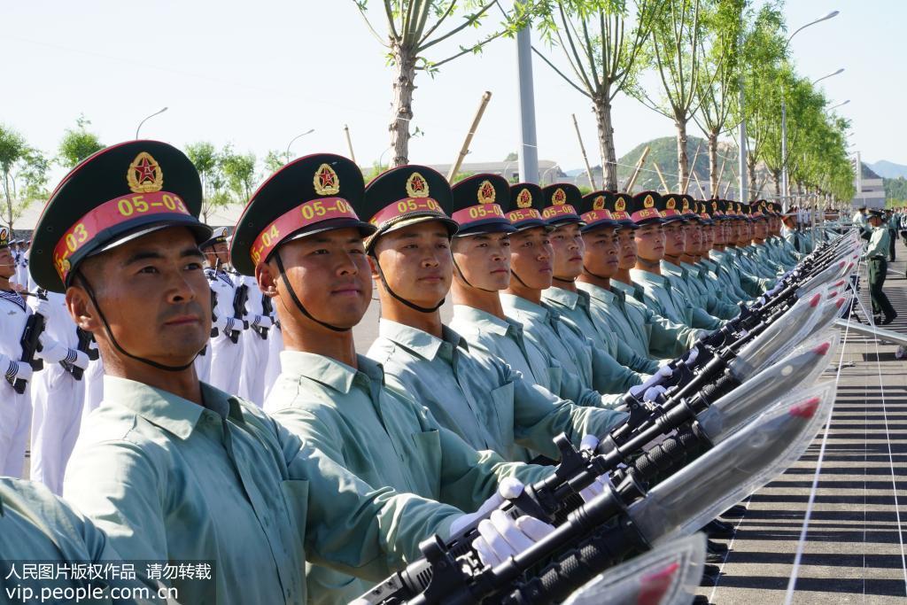 参训官兵在进行阅兵式排面训练。