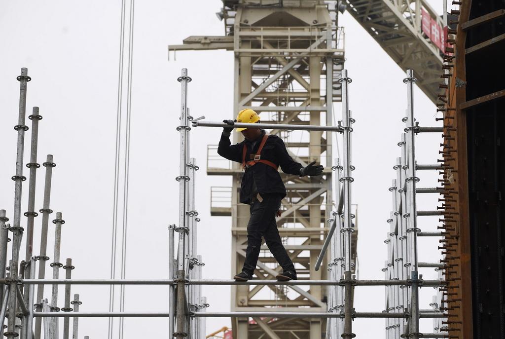 10月10日,中鐵十二局的工人在雄安站施工。