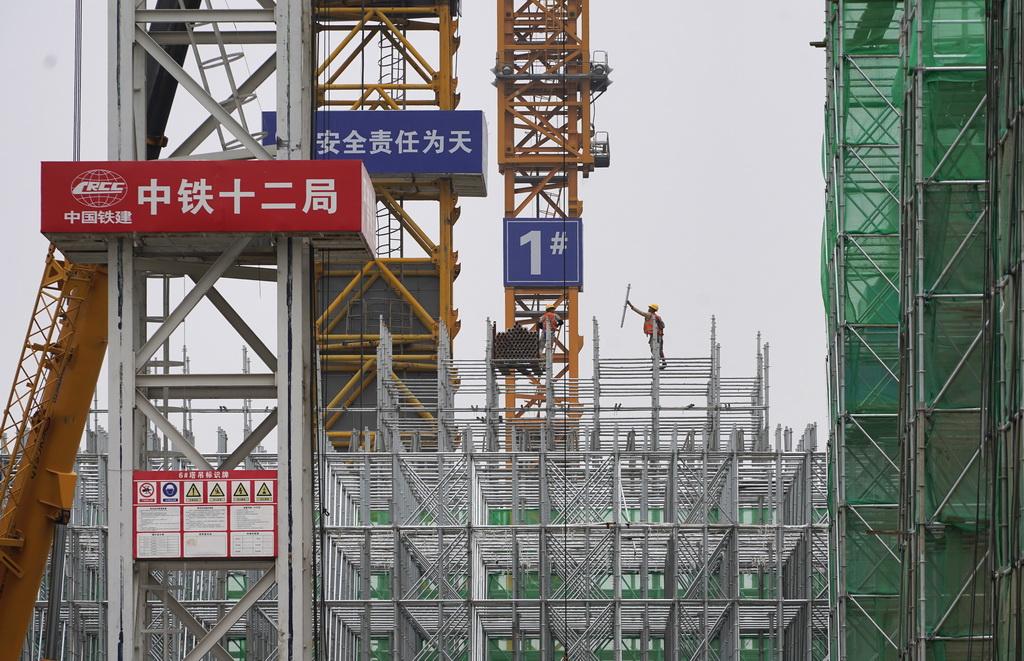 10月10日,工人在雄安站施工。