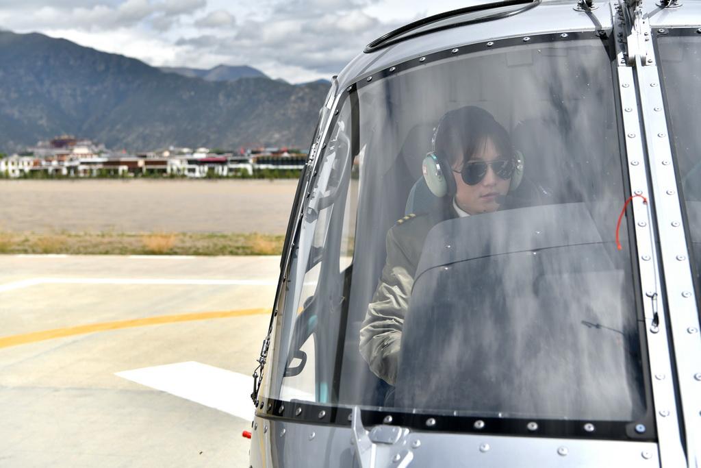 坚热益西在做起飞前的准备(8月7日摄)。新华社记者 李鑫 摄