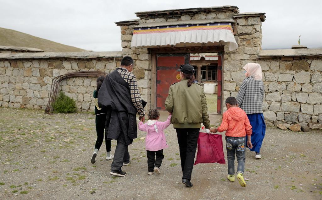 坚热益西(中)回到牧区老家看父母(7月13日摄)。新华社记者 普布扎西 摄