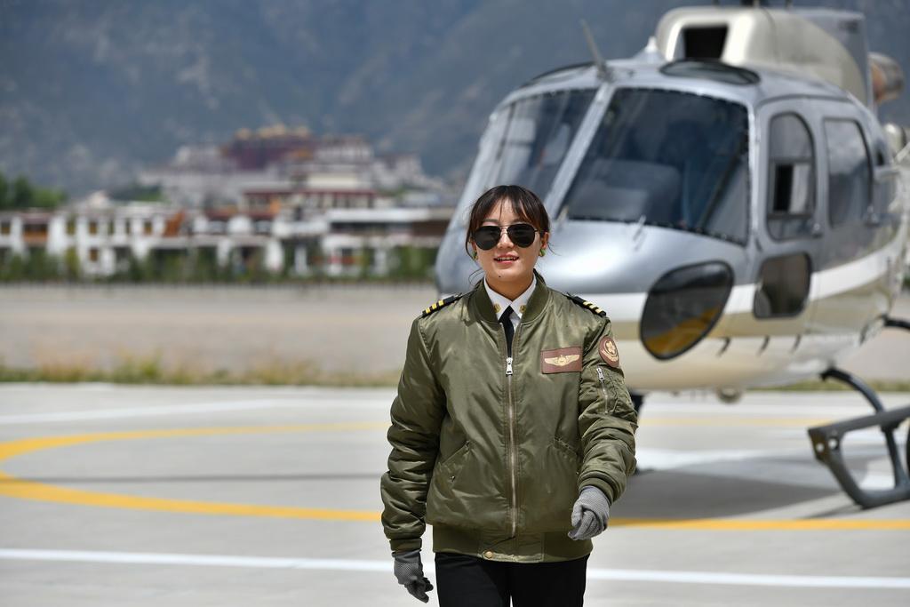 坚热益西从直升机前走过(8月7日摄)。新华社记者 李鑫 摄