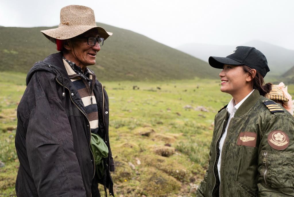 坚热益西在牧区和牧民聊天(7月13日摄)。新华社记者 普布扎西 摄