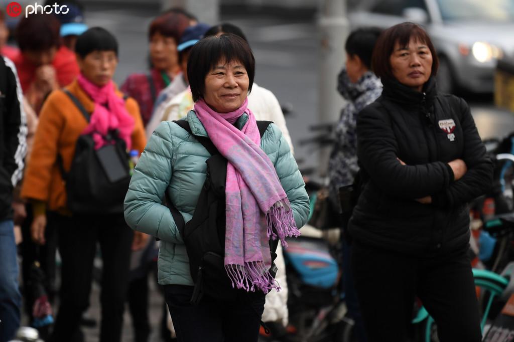 冷空氣來襲 北京市民冬裝出行